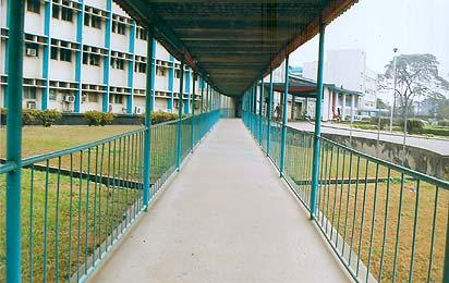 *Deserted corridor leading to the entrance of a main wing of the Lagos University Teaching Hospital, in Lagos as the strike called by the Joint Health Sector Unions persisted weekend. Photo: Sola Ogundipe