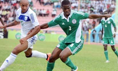 Nigerian defender Elderson Echiejile (R) vies for the ball with a Rwandan player during the 2013 African Cup of Nations qualification match between the two countries in Calabar on June 16, 2012.  Nigeria defeated Rwanda 2 - 0 to advance to the third qualifying round where they will meet fellow second round qualifers and the 16 teams that competed for 2012 African Cup of Nations held in Gabon and Equatorial Guinea. AFP PHOTO