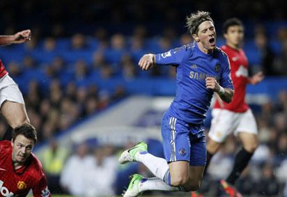 Chelsea's Spanish striker Fernando Torres (R) is shown a second yellow card by referee Mark Clattenburg (not pictured) for diving after a challenge from Manchester United's Northern Irish defender Jonny Evans (L) during the English Premier League football match between Chelsea and Manchester United at Stamford Bridge in London, on October 28, 2012. Photo: AFP
