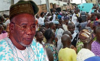 Crowds that at the burial of Late Lam Adesina