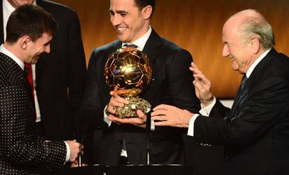 Barcelona's Argentinian forward Lionel Messi (C) receives the FIFA Ballon d'Or award from Italy's Fabio Cannavaro (C) and FIFA President Joseph Blatter during the FIFA Ballon d'Or awards ceremony at the Kongresshaus in Zurich on January 7, 2013.  AFP PHOTO