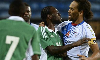 Nigeria's forward Victor Moses (C) argues with Cape Verde's defender Nando (R) during the International friendly football match Nigeria vs Cape Verde in Faro on January 9, 2013.  AFP PHOTO