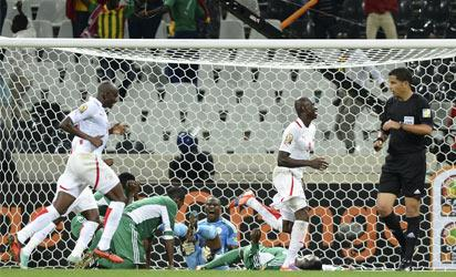 Nigeria's goalkeeper Vincent Enyeama (C) reacts to a goal by Burkina Faso during the Africa Cup of Nations Nigeria vs Burkina Faso group C football match at Mbombela Stadium in Nelspruit on January 21, 2013. AFP PHOTO