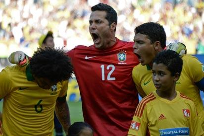 (L-R) Brazil's defender Marcelo, goalkeeper Julio Cesar and defender Thiago Silva encourage the group before the start of their FIFA Confederations Cup Brazil 2013 semifinal football match against Uruguay, at the Mineirao Stadium in Belo Horizonte on June 26, 2013.    AFP PHOTO / VANDERLEI ALMEIDA