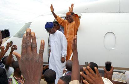 Frederick Fasehun and Major Hamza Al-Mustapha being received by a large crowd in Kano
