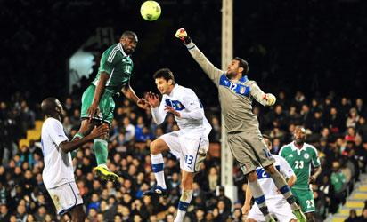 UNITED KINGDOM, London : TOPSHOTS Italy's goalkeeper Salvatore Sirigu (R) vies with Nigeria's striker Bright Dike (L) during the International friendly football match between Italy and Nigeria at Craven Cottage in London on November 18, 2013. The match ended 2-2. AFP PHOTO