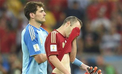 Spain's goalkeeper and captain Iker Casillas and Spain's midfielder Andres Iniesta react after the Group B football match between Spain and Chile in the Maracana Stadium in Rio de Janeiro during the 2014 FIFA World Cup on June 18, 2014. AFP PHOTO