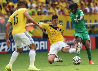 Colombia's midfielder James Rodriguez (C) fights for the ball with Ivory Coast's forward Gervinho (R) during a Group C football match between Colombia and Ivory Coast at the Mane Garrincha National Stadium in Brasilia during the 2014 FIFA World Cup on June 19, 2014. AFP PHOTO
