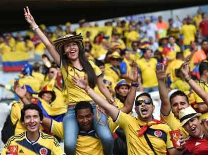 Colombian supporters wait for the start of a Group C football match between Colombia and Greece at the Mineirao Arena in Belo Horizonte during the 2014 FIFA World Cup on June 14, 2014.   AFP PHOTO / ARIS