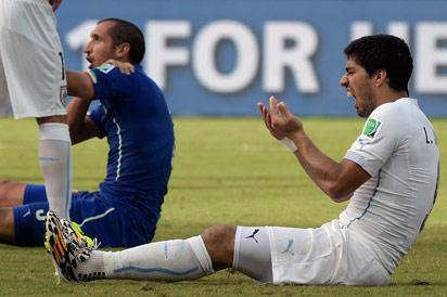 Uruguay's forward Luis Suarez reacts during a Group D football match between Italy and Uruguay at the Dunas Arena in Natal during the 2014 FIFA World Cup on June 24, 2014. Uruguay won 1-0.    AFP PHOTO/ DANIEL GARCIA