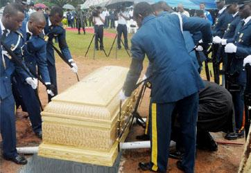 BURIAL PARTY LOWERING THE CASKET CONTAINING THE REMAINS OF FLT.-LT. AKWEKE NWAKILE WHO DIED IN AN AIRFORCE HELICOPTER CRASH AT BAMA IN BORNO ON JULY 21, AT THE NATIONAL MILITARY CEMETERY IN ABUJA ON FRIDAY (22/8/14). 4119/22/8/2014/COA/BJO/AIN/NAN