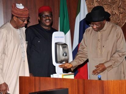 EBOLA VIRUS : PRESIDENT GOODLUCK JONATHAN (R), DEMONSTRATING WITH HAND SANITISER DURING A MEETING WITH STATE GOVERNORS AND THEIR COMMISSIONERS FOR HEALTH  IN  ABUJA, ON WEDNESDAY (13/8/14).  WITH HIM ARE: MINISTER OF HEALTH, PROF.  ONYEBUCHI CHUKWU (M) AND MINISTER OF STATE FOR HEALTH, KHALIRU ALHASSAN