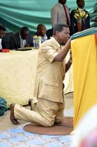 *Pastor Enoch Adejare Adeboye, General Overseer, RCCG on his knees praying during end-of-the-year thanksgiving service at Vanguard premises, Apapa. PHOTO: AKEEM SALAU