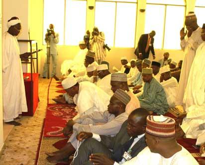 CHIEF IMAM OF ASO ROCK CENTRAL MOSQUE, ALHAJI ABDULWAHEED ABUBAKAR SULEIMAN (STANDING) WITH PRESIDENT  MUHHAMADU BUARI AND OTHER WORSHIPERS DURING A JUMAT SERVICE PRAYERS TODAY FRIDAY AT THE PRESIDENTIAL VILLAIN ABUJA. STATE HOUSE Px