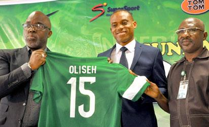 UNVEILING: New Super Eagles coach, Sunday Oliseh (m) was unveiled yesterday in Abuja. Here NFF President, Amaju Pinnick(l) and Sec.General Sanusi Mohammed  display Oliseh's No 15 Jersey during the ceremony