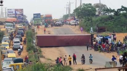 ANOTHER 40-FOOT CONTAINER TRUCK FALLS ON IKORODU-SAGAMU EXPRESSWAY
