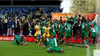 VINA DEL MAR, CHILE - NOVEMBER 08: The team of Nigeria celebrate after winning the FIFA U-17 Men's World Cup 2015 final match between Mali and Nigeria at Estadio Sausalito on November 8, 2015 in Vina del Mar, Chile. (Photo by Martin Rose - FIFA/FIFA