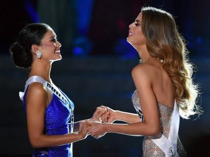 Miss Philippines consoles Miss Colombia