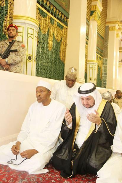President Buhari during prayers at Prophet Muhammad's Mosque in Medina, With him are Saudi officials; Governors Abdulaziz Yari (Zamfara); Ibikunle Amosun (Ogun); Amb. Lawal Kazaure. (Back Row): Governor Aminu Bello Masari (Katsina); NSA, Maj-Gen, Babagana Monguno (retd) and Governor Rauf Aregbesola (Osun).