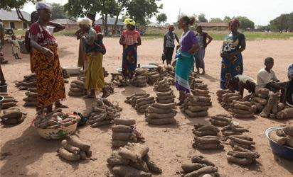 Yam vendors stand waiting for buyers at the central Agatu Market after attacks by Fulani herdsmen in Agatu-Obagaji, Benue State, north central Nigeria on May 10, 2016.  AFP PHOTO
