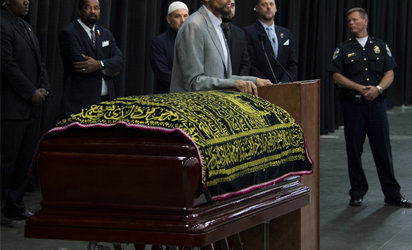 Imam Zaid Shakir (C), a prominent US Muslim scholar, speaks during the Jenazah prayer service to celebrate the life of boxing legend Muhammad Ali at Freedom Hall on June 9, 2016 in Louisville, Kentucky. / AFP PHOTO