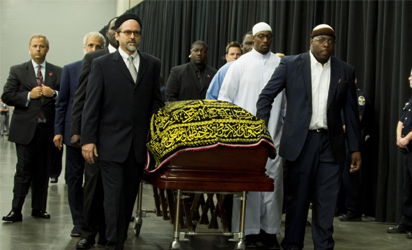 Pallbearers escort the casket of boxing legend Muhammad Ali during the Jenazah prayer service at Freedom Hall on June 9, 2016 in Louisville, Kentucky. / AFP PHOTO