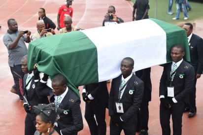 Pallbearers carry the casket of football legend Stephen Okechukwu Keshi into Ogbe Stadium, in Benin City, on July 28, 2016. Football fans and former internationals gathered to bid farewell to Nigeria football legend Stephen Okechukwu Keshi at Ogbe Stadium, Benin City, midwest Nigerian Edo State. Keshi, 54, one of only two men to have won the Africa Cup of Nations as player and as coach, will be interred tomorrow at his hometown, Illah. / AFP PHOTO / PIUS UTOMI EKPEI