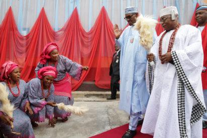 President Muhammadu Buhari and the The paramount ruler and Deji of Akure, Oba Ogunlade Aladetoyinbo Aladelusi, being entertained by members of the Akure South Cultural Troupe during a courtesy call on the Paramount Ruler as part of the visit of the President to participate in the Ondo State APC Grand Finale campaign for the forthcoming Gubernatorial Polls in Akure. Photo by Abayomi ADESHIDA 19/11/2016