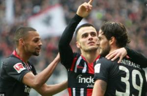 Frankfurt demolish 10-man Bayern 5-1, Gladbach stay top