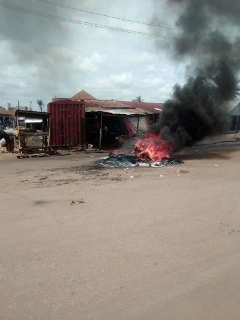GRAPHIC: Mob set suspected motorcycle thief ablaze in Makurdi